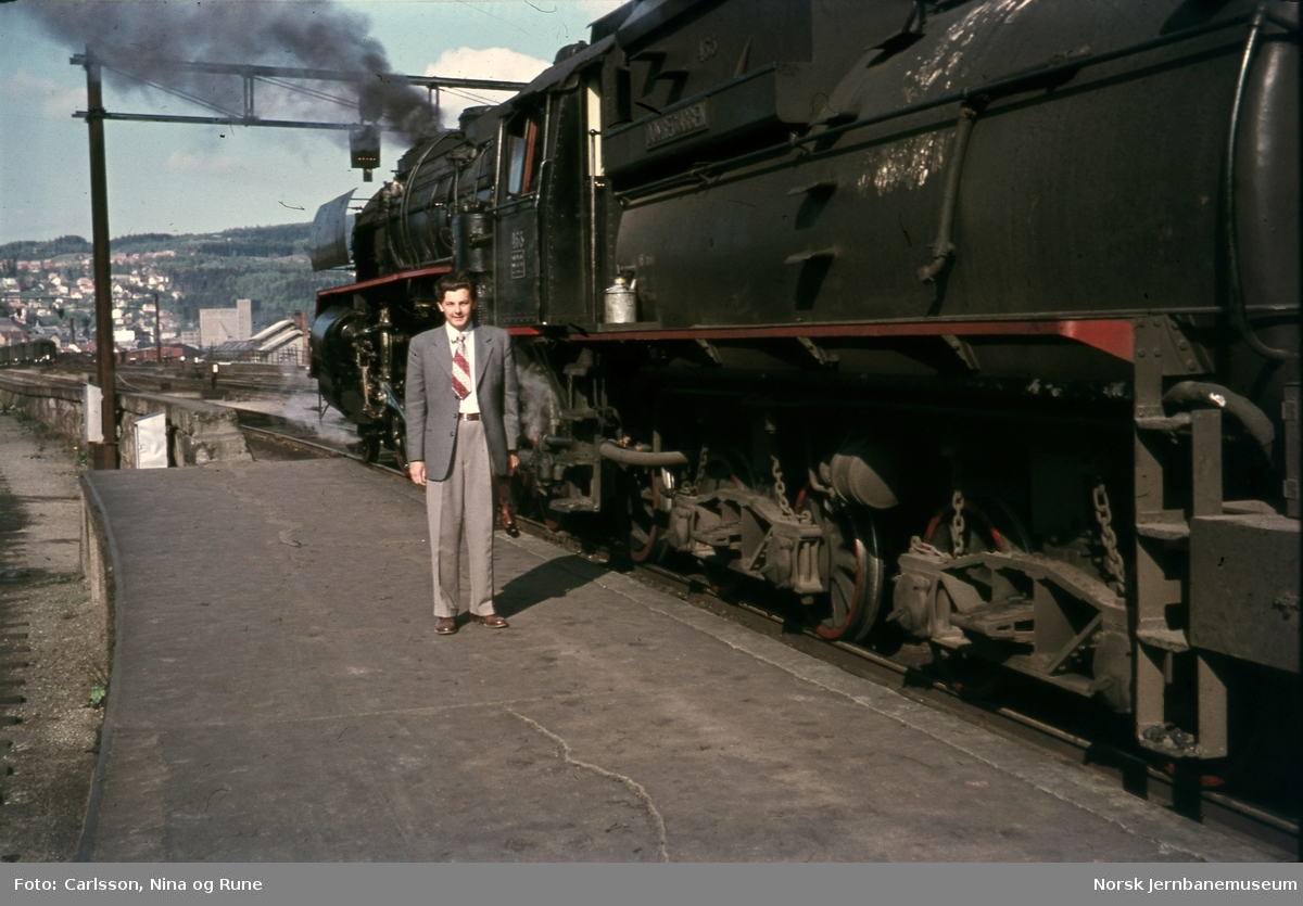 "Rune Carlsson ved siden av damplokomotiv type 49a nr. 463 ""Dovregubben"""