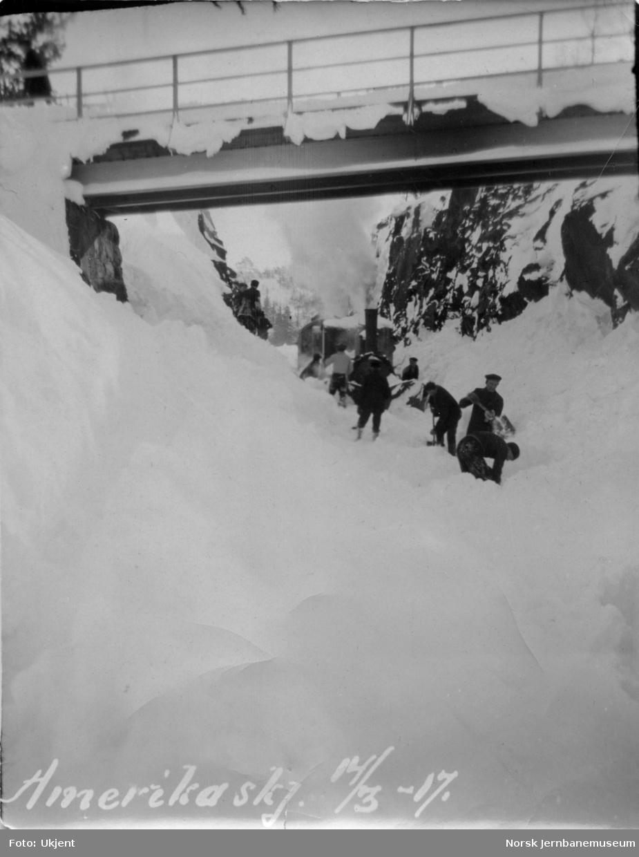 Snøryddingstog på Treungenbanen med to damplokomotiver av type IV, i Amerikaskjæringen mars 1917