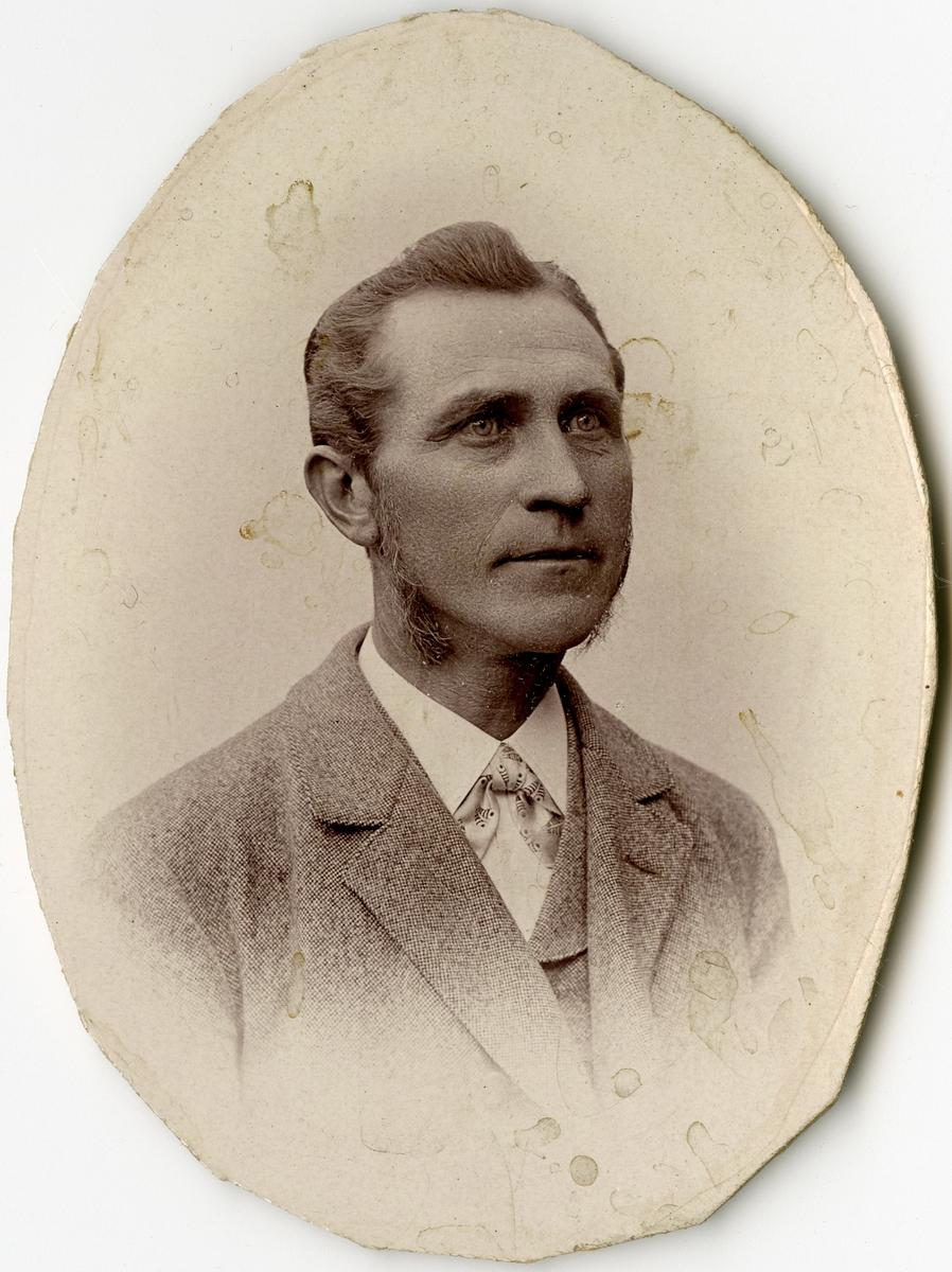 Porträtt av C.A. Lindblom vid Stockholms Tyg-, ammunitions- och gevärsförråd.