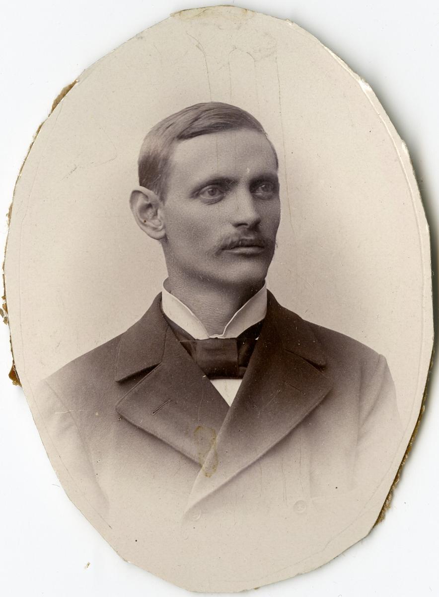 Porträtt av J.E. Offingen vid Stockholms Tyg-, ammunitions- och gevärsförråd.