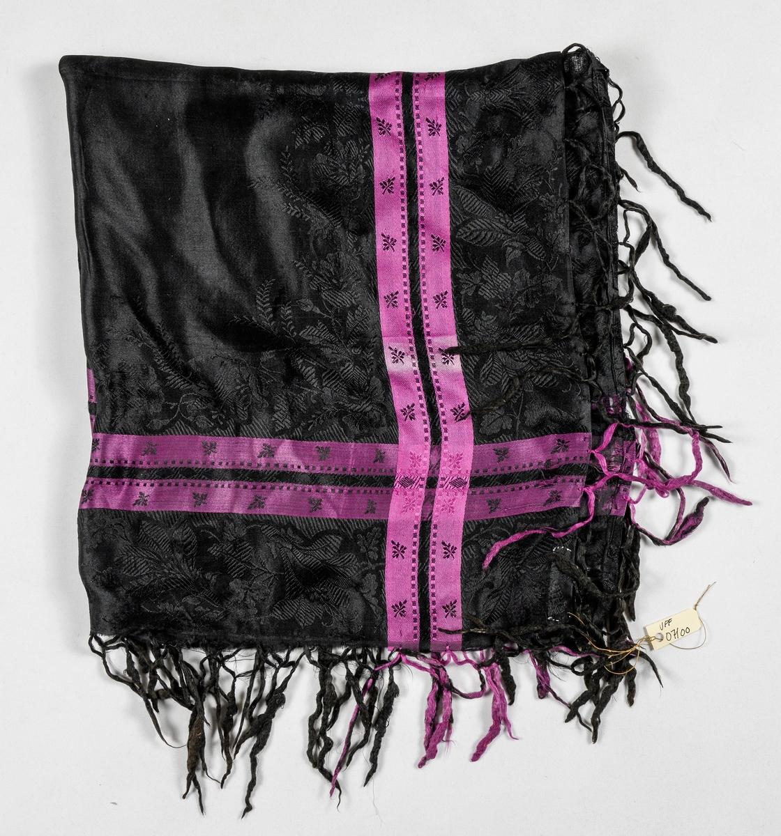 Tørkle i silkedamask i svart med svart og rosa. Påsette silkefrynser.