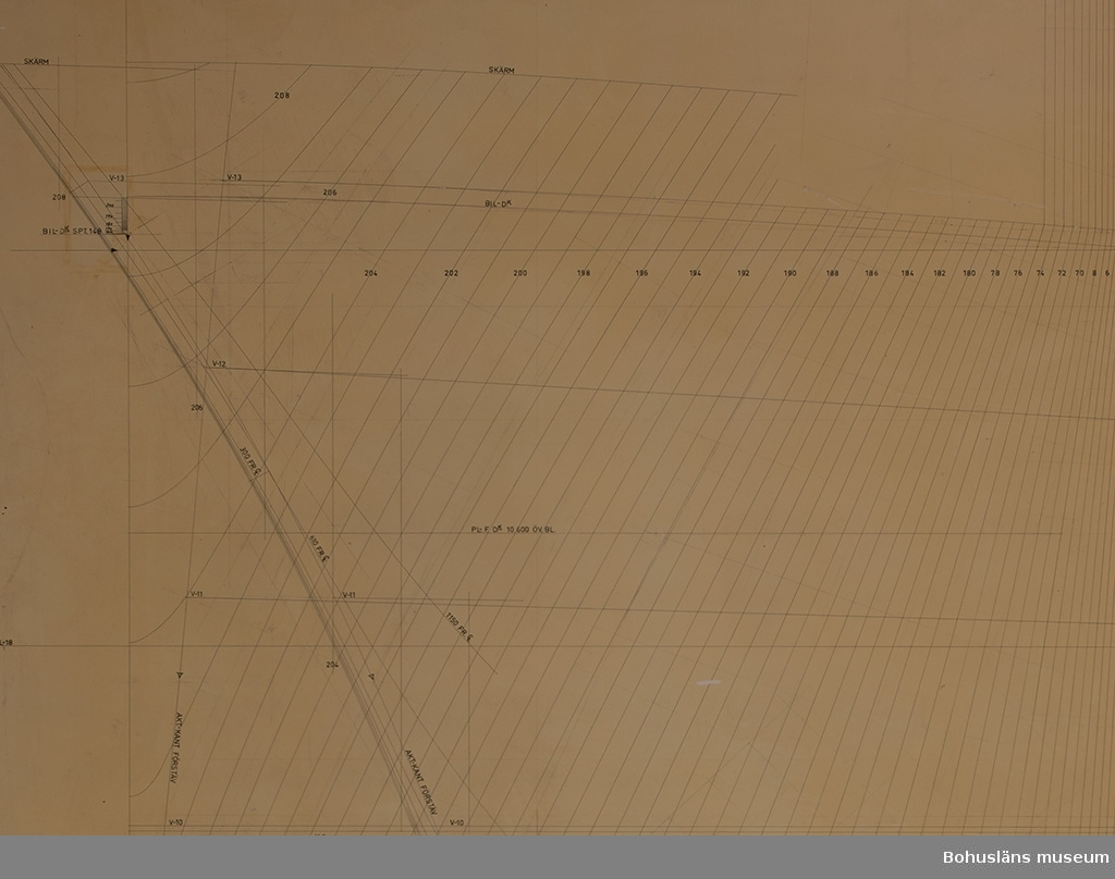 """594 Landskap BOHUSLÄN  Märkt med båtnummer: """"275"""". En sida målad och märkt med spantnummer, vebbnummer etc. Baksidan har påklistrad grön bordfilt, samt fyra borrade hål för uppsättning på vägg."""