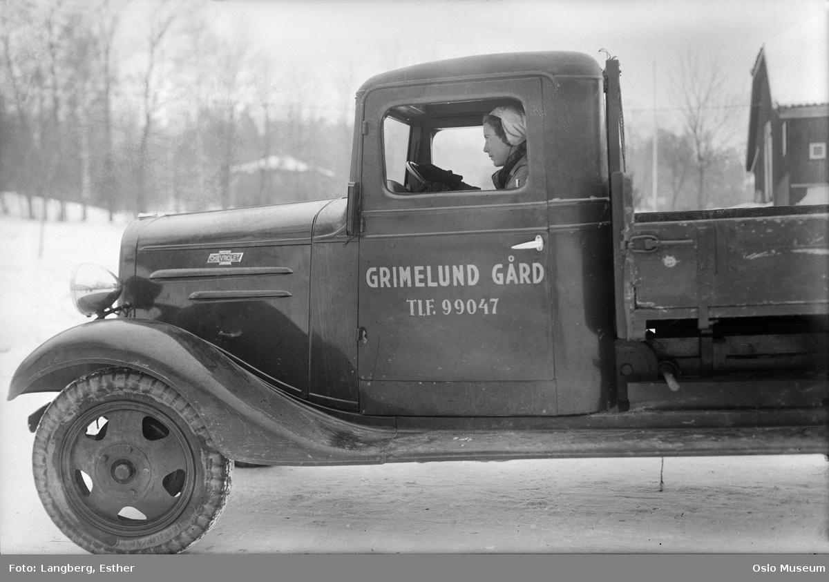 Kvinnenes Arbeidshjelp, lastebil fra Grimelund gård, kvinne