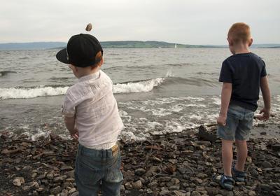 Å kaste småstein i vannet er god underholdning for mindre unger - bare husk at hver voksen er selv ansvarlig for sine barn.