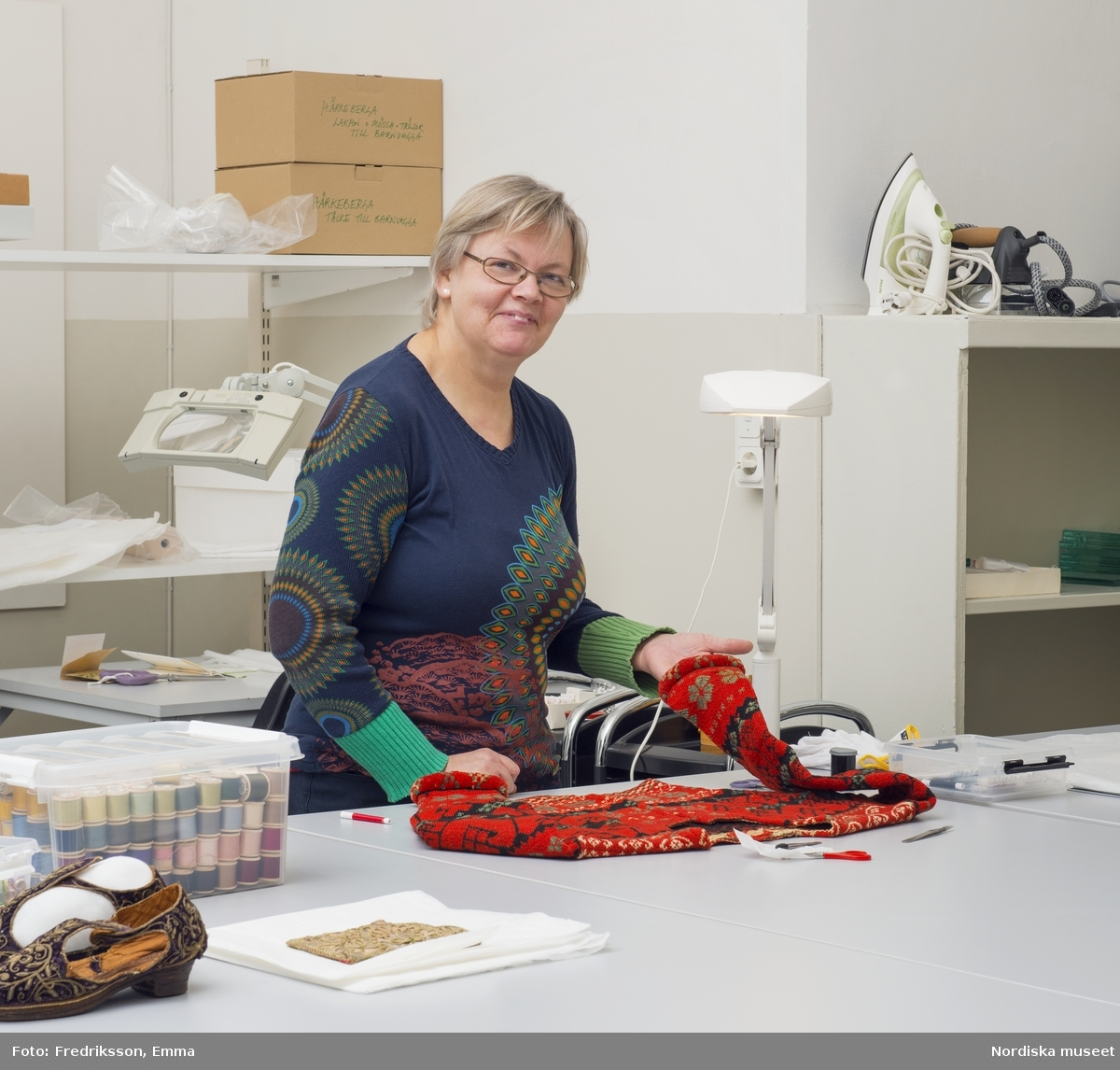 Stickcafé, Nordiska museet, konservatorn Catharina Sack och intendent Helena Lindroth förbereder inför Sickcaféet, tyg, material, hantverk, sticka, garn