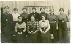 """""""Holmenes kokkepiker året 1916""""..Rorbukokker ved Husøy, Ona."""