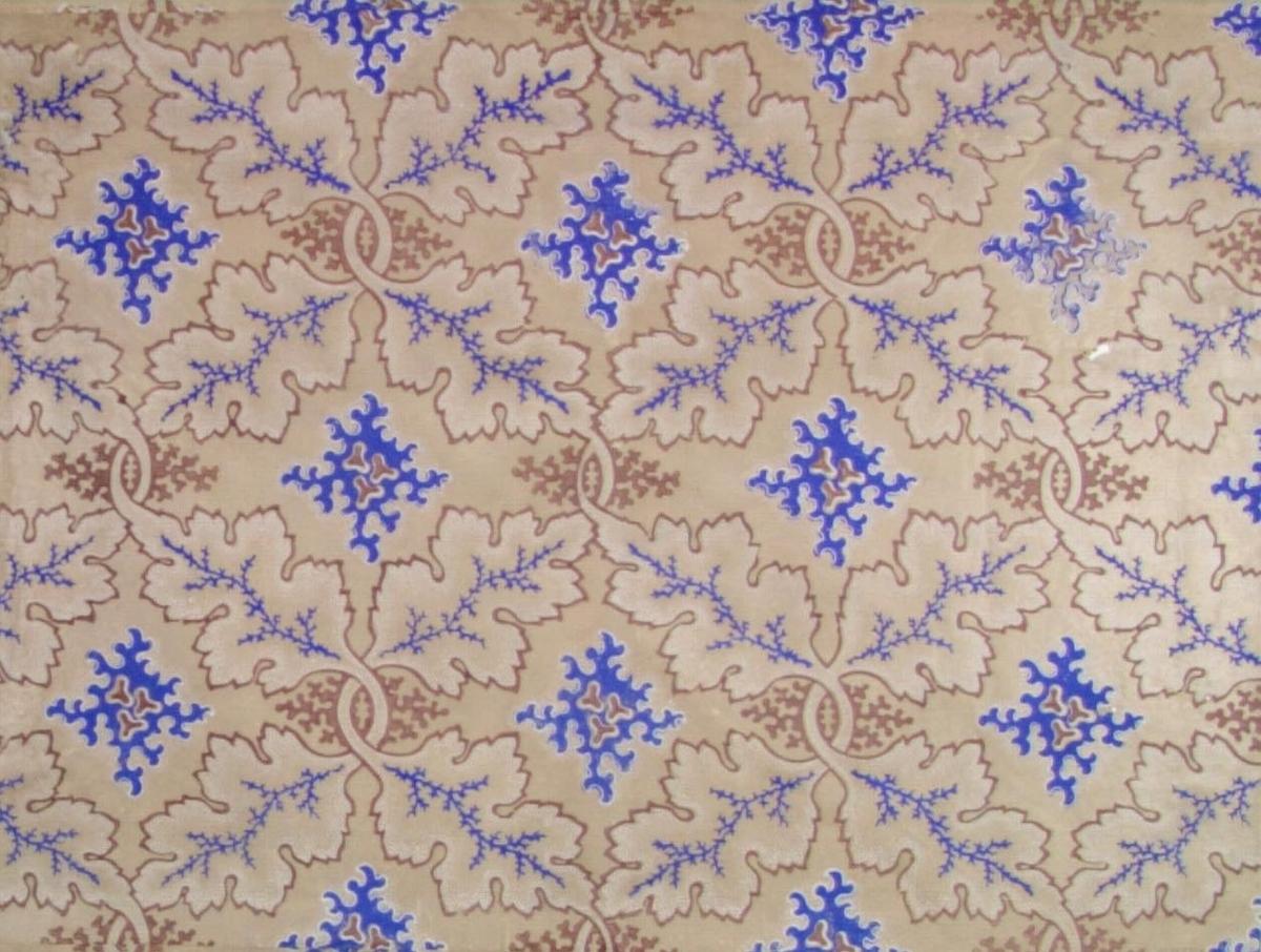 /Brev finnes - dåvarande ägare var nämndemannen och byggmästaren Lars Wennsten/  Ett bladslingrande mönster med diagonal effekt. Varje mönsterdel är dekorerat med ett stiliserat ornament. Tryck i vitt, brunt och ultramarin på en beige satinerad bakgrund.