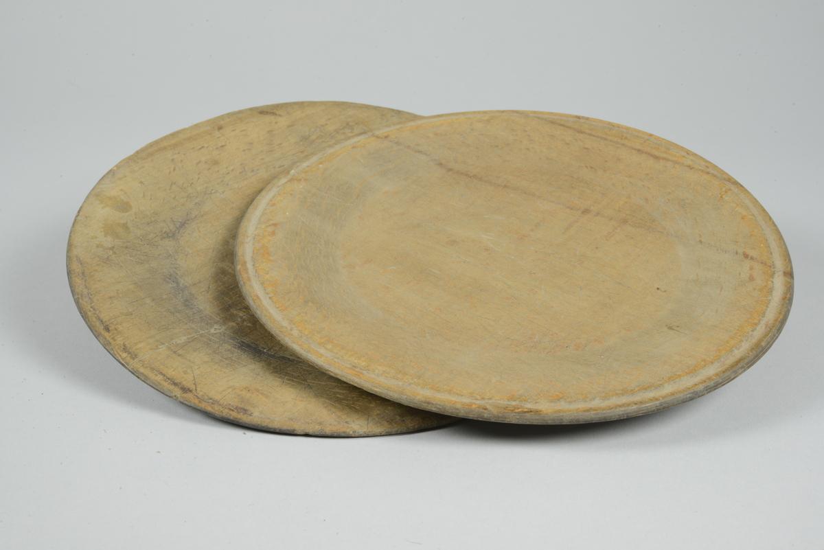 Tallrikar av trä, trädiskar, 2 st. Svarvade och runda.