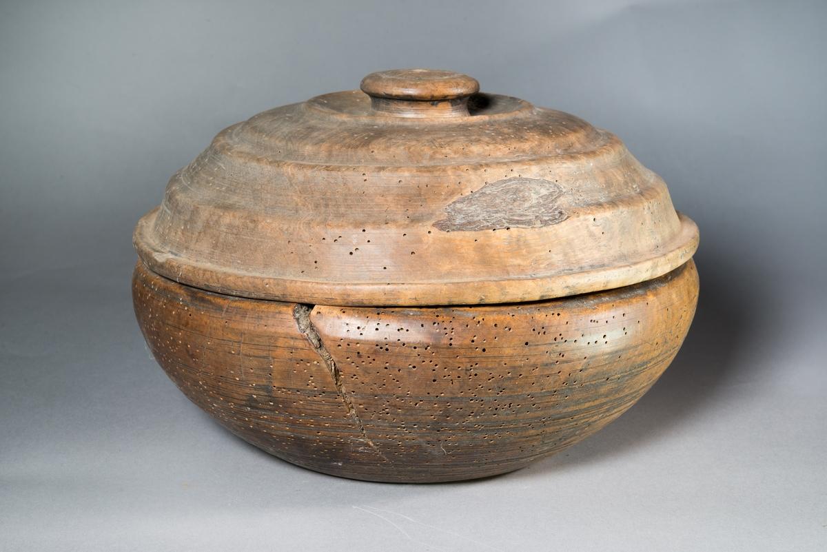 Senapsskål av trä, rund, svarvad med avtagbart lock.