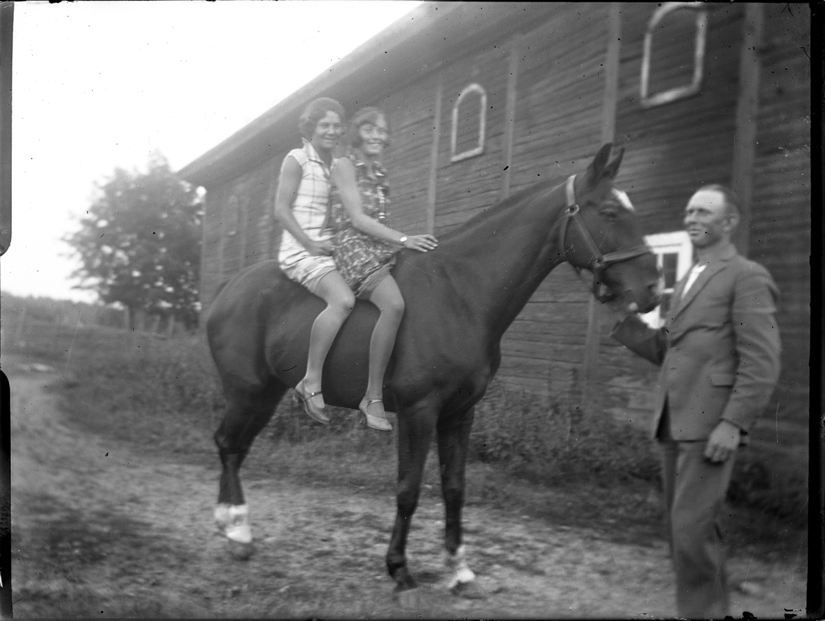 Två kvinnor på häst år 1931. Kvinnor. Häst.