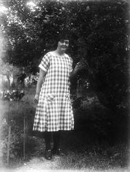 Maja Johanson från Brunnby i trädgården, Altuna socken, Uppl