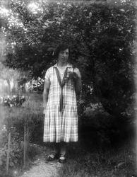 Greta Johanson från Fröslunda i trädgården, Altuna socken, U