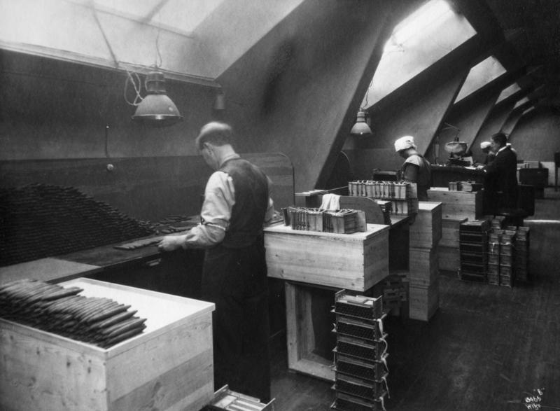Sigarproduksjon ved Johannes N. With's Tobaksfabrikker i 1924. Rulling av sigarer.