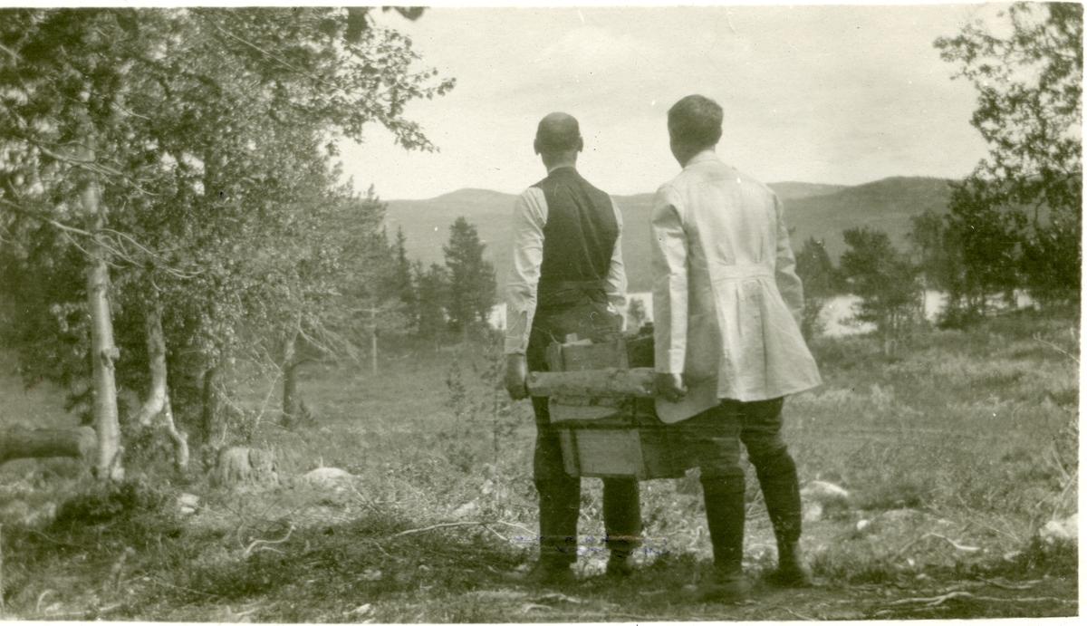 Olaus Islandsmoen ber ved. Tatt ca 1920.