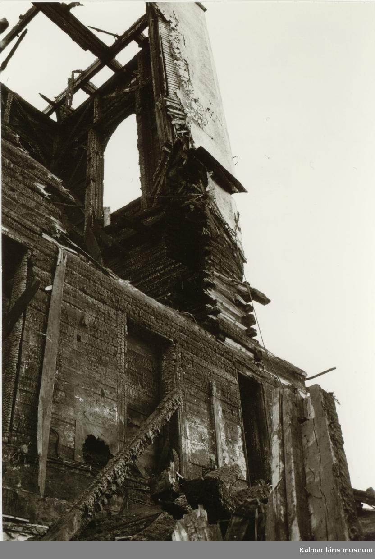Hälleberga kyrka: Brandorsaken var ett elfel. Branden var 1976-10-18. Tornet under rivning. Östra sidan.
