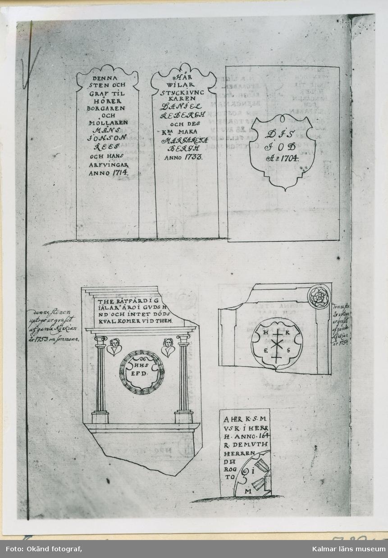"""Kalmar Gamla kyrkogården P.Frigelius teckning  Måns Ionson Rees och hans arfvingar. Anno 1714.""""  Inskription på gravstenen överst i mitten: """"Här wilar styckiuncaren Daniel Rebergh och des k.. maka Margareta Bergh anno 1733.""""  Inskription på gravstenen överst t.h.: """" D I S  I O D  A:o 1704""""  Inskription på gravstenen nederst t.v.: The rätfärdig... siälar äro i Gud ...nd och intet dödskval kommer vid dem."""" """"H H S  E F D""""  Storkyrkan i Kalmar, helgad åt sjöfararnas helgon S:t Nikolai började byggas på 1200-talet. På 1300-talet var den treskeppig och förklarades av Erik av Pommern (regent 1397-1439) för """"halffuan doom"""", det vill säga nästan domkyrka. Den byggdes ut till femskeppig med sidokapell. Svenskarna sprängde kyrkan 1678 så att danskarna inte skulle kunna använda den som skydd. En del inventarier hade då förts över till den nya domkyrkan."""