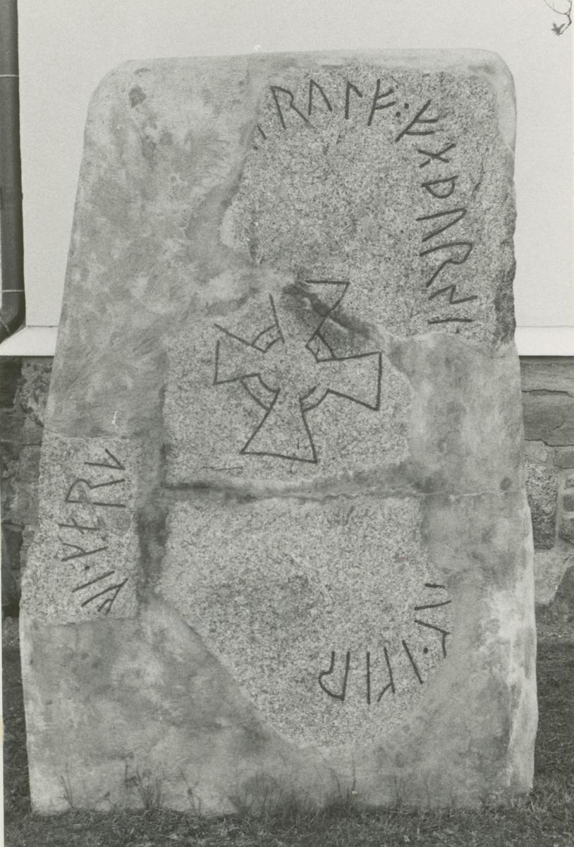 Runstenen vid Mörlunda kyrka.