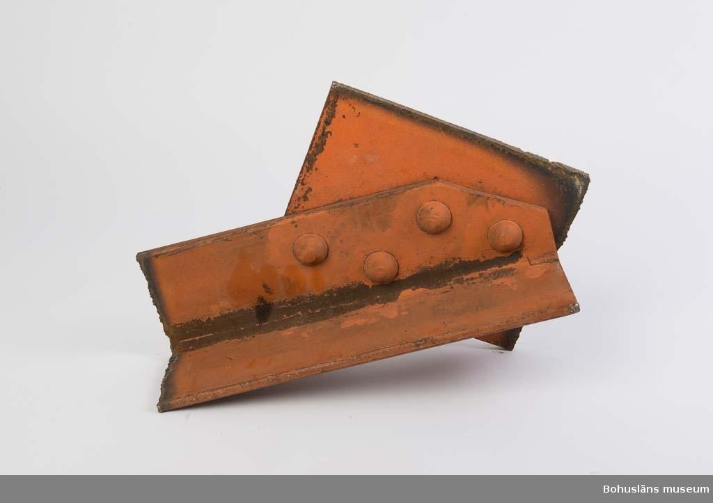 Konstruktionsdetalj från svetshallen på Sörvik. En v-formad balkdel är nitad mot en rektanguär plåt. Den plåt som är sammantnitad är 15 mm resp. 10 mm tjock. Rödmålad