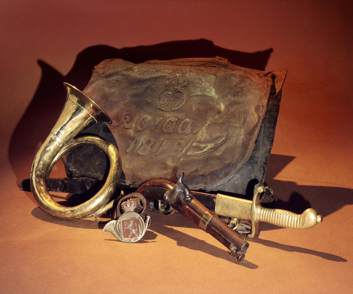 postmuseet, gjenstander, postveske, posthorn, sabel, perkusjonspistol, postførerskilt, motiv til postkort