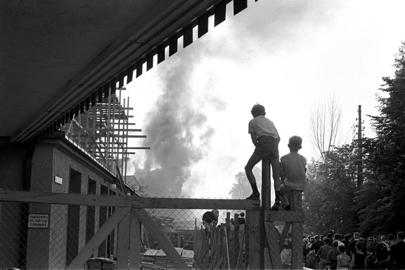 """Brann på """"Vel Vask"""", Oslo, juni 1963. Røyk og tilskuere. (Foto/Photo)"""