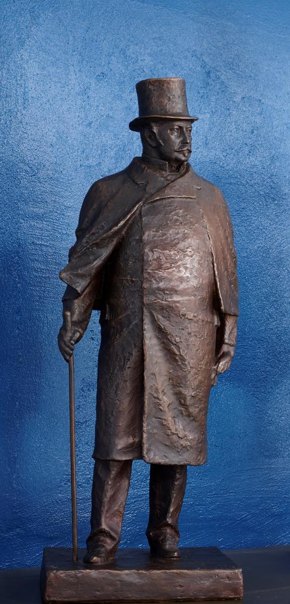 Forfattar. Støypt etter ASM 114 i gips. Ant. utkast til statue på Torget i Stavanger kor Kielland var borgermester frå 1893-1902. M. Vigrestad sin skulptur avduka i 1928 er ikkje så ulik Svor sin versjon.