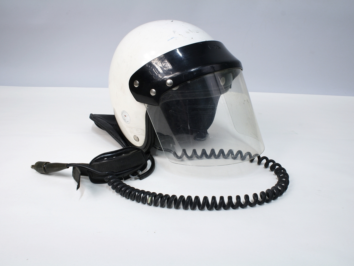 Jakke, bukse med seler, hjelm, hansker, støvler og bandolær til motosykkeltjeneste.