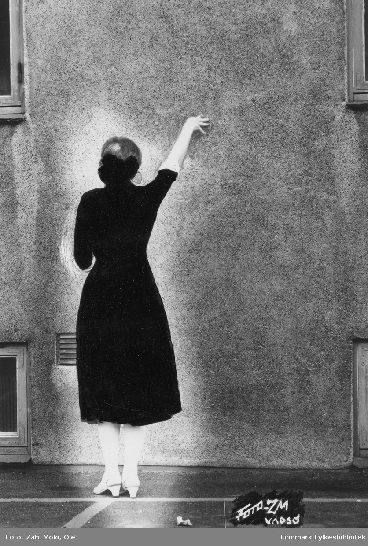 """Tittel: """"Spøkelse"""". Vadsø, august 1967. Ole Zahl Mölös serie med eksperimenter (dobbeleksponering) i mørkerommet."""