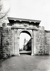 Kavaljeren, den gamla huvudporten mot sjösidan, färdig 1697.