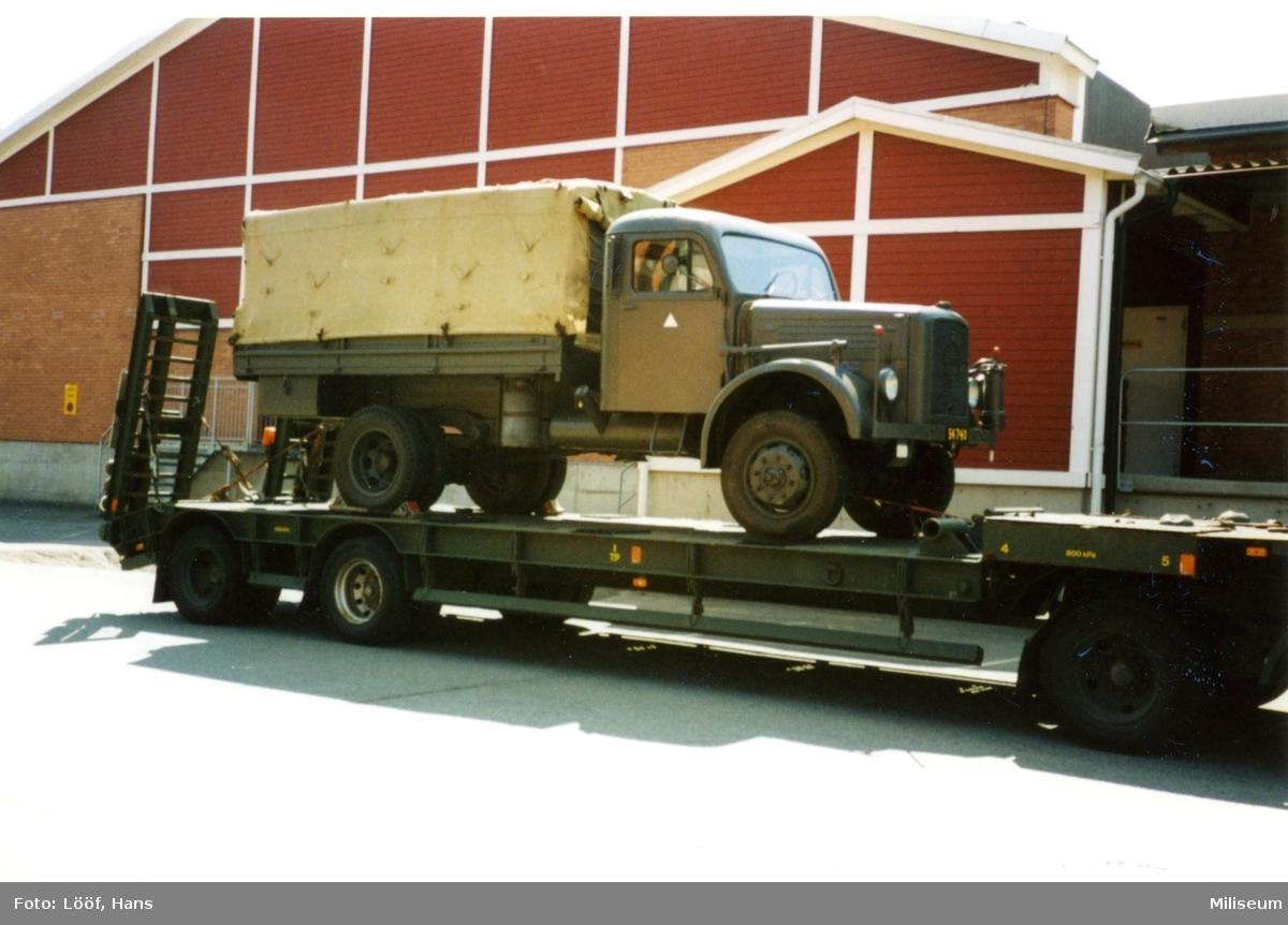 Terrängbil m/1942 M, Klöckner. Lastas på trailer.