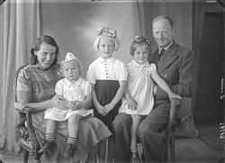 Gruppebilde. Familiegruppe på fem. Mann, kvinne og tre unge
