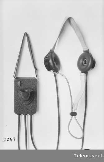 """Brystmikrofon og høretelefon, vanntett for marinens """"Olav Trygvason"""", Elektrisk Bureau."""