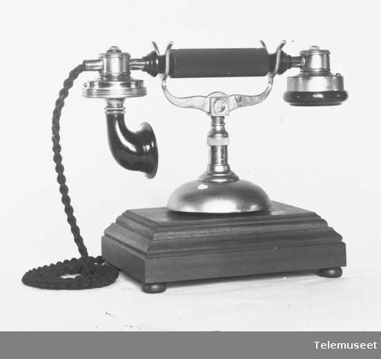 Telefon, cb bordapparat i tre,  mtlf.liggende, klokke 1000 ohm. Eksportapparat. Elektrisk Bureau.