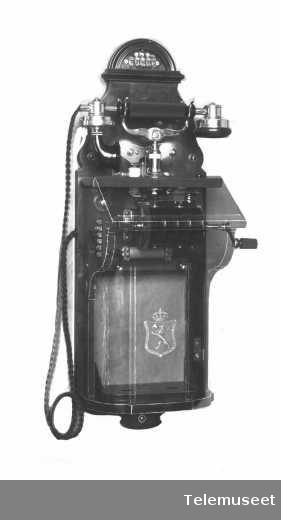 Telefon, magneto veggapparat i tre, mtlf.liggende, klokke 400 ohm.  18.3.14. Elektrisk Bureau.