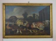 To haner, en høne, tre kyllinger, løse fjær og en frosk (?). I mellomgrunnen til venstre en dam, på midten et hus og trær, til høyre uthusbygning (?). Åser i bakgrnnen.