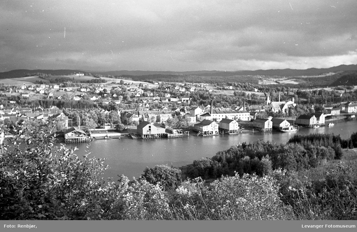 Utsikt over Levangersundet fra Nesset, bryggerekka og melkefabrikken.