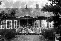 Gröna Lidens skola i Gräshult. Exteriörbild med skolklass om