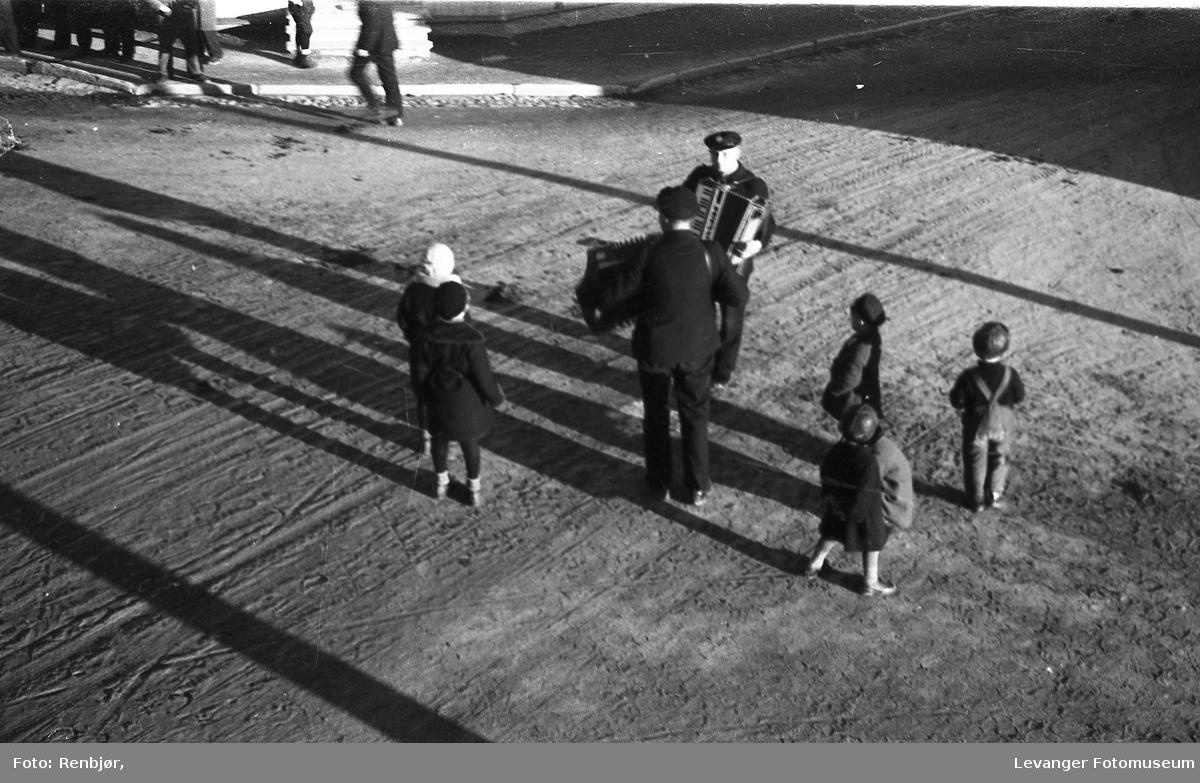 Gatemusikanter på Leiknæs-hjørnet på 30-tallet