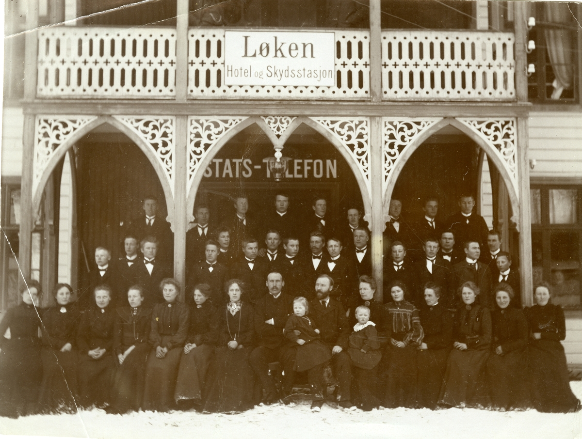 Valdres Folkehøgskule, 1904/1905. Midt i fremste rekke lærerne O. E. Bøe og Olaus Islandsmoen.