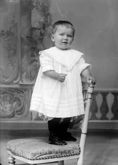 Ateljé av barn stående på stol. Västergötlands museum