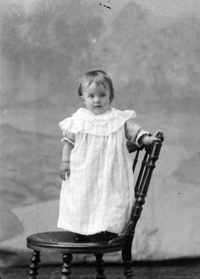 Ateljé. Flicka stående på stol. Fotograf: Ellen Kock? Axel