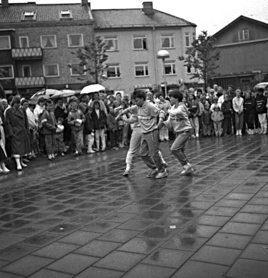 Skara. Vår vänliga vardag 1986, dansare på Fisktorget.