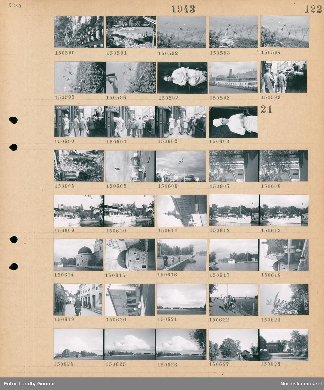 """Motiv: (ingen anteckning) ; Vy över en uteservering med gäster, fåglar sitter på ett staket, porträt av en man, en rad med parkerade cyklar framför ett fartyg, en grupp män lastar av säckar från en lastbil, en man i kockmössa.  Motiv: (ingen anteckning) ; Blommor vid en husfasad, en flaggstång med svenska flaggan i ett villaområde, träd, ett fartyg """"Astrea"""", exteriör av ett slott, pojkar går vid en kanal, stadsvy med fotgängare och en cyklist, exteriör av byggnad med skylt """"konsum ringen"""", landskapsvy med åkrar och himmel, tre kvinnor cyklar på en väg, två män och en kvinna går på en väg, exteriör av ett hus med skylt """"Fågelsta""""."""