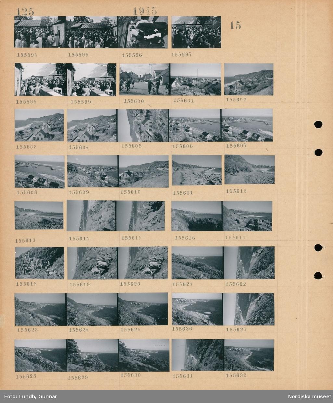 Motiv: (ingen anteckning) ; En folksamling på en auktion på en bondgård med en auktionsutropare, stadsvy med fotgängare och cyklister, vy över bebyggelse, landskapsvy med strand och hav, en kvinna och en man går på en stig, fyra kvinnor går bland klippor, landskapsvy med klippor och hav.