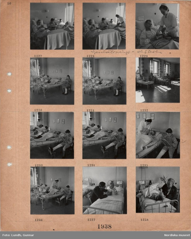 Motiv: Interiör från sjukhussalar, manliga patienter sysselsätts med slöjdarbete av sköterska, små barn ligger i sängar, äldre flicka med bandagerat ben sitter på en stol och arbetar vid en ram, små barn i sjukhussängar med sina mödrar(?) bredvid, pojke sitter på en stol med bandagerat ben och arbetar vid en ram, små barn i sängar med leksaker lagda på täcket, litet barn i sjukhussäng med sin pappa(?) sittande bredvid, litet barn ligger i en sjukhussäng och tittar i en sagobok med sin mamma(?) bredvid.