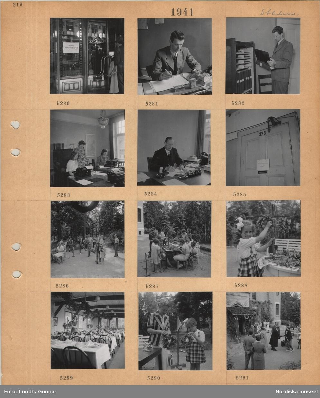 """Motiv: Stockholm, entré till Hotel Regina, skylt """"Statens Priskontrollnämnd 3 tr"""", en man sitter vid ett skrivbord och studerar förpackningar, man vid hylla med pärmar, tre kvinnor vid skrivbord med skrivmaskiner, Sverigekarta på väggen, man sitter vid ett skrivbord och arbetar, stängd innerdörr med påhängd skylt """"Sammanträde pågår"""", arbete med dekorationer för midsommarfirande, män bär blomstergirlang, kvinnor binder buketter och kransar, liten flicka vid miniatyrstång med kransar, matsal med dukade bord dekoreras, gäster på gårdsplan vid en dekorerad entré."""