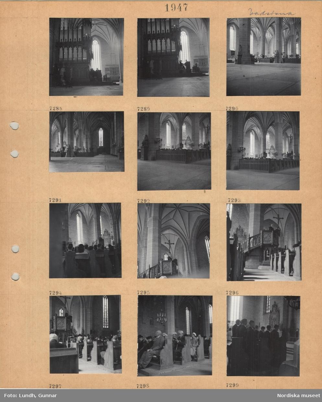 Motiv: Vadstena, interiör kyrka, orgel, takvalv, pelare, besökare sitter i bänkar, präst i predikstol, krucifix, en grupp konfirmander.
