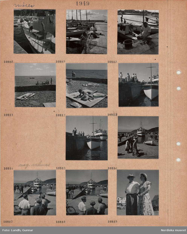 Motiv: Mölle, hamn med förtöjda segelbåtar, pojke skurar båtdäck, en man sitter på kajkanten vid en balja, morgontoalett(?), solande i baddräkt ligger på träplattformar på stenig strand, gående på kaj med förtöjda båtar, passagerare lämnar fartyg som ligger vid kaj, en grupp pojkar, man och kvinna i sommarkläder.
