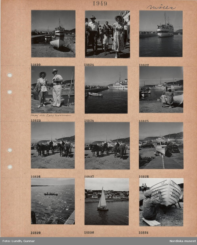 Motiv: Mölle, kaj med gående, passagerarbåt, segelbåtar, en man och en kvinna i sommarkläder håller en pojke i handen, passagerarbåt anländer till kajen, kvinna och man, Maj och Lars Norrman, i sommarkläder på kaj, folksamling på kaj, män med hästdragna kärror väntar vid kajen, parkerade bilar, buss, fyra barn i en kanot, två personer i mindre segelbåt framför villasamhälle, en man sitter och målar registreringsnummer på en båt.