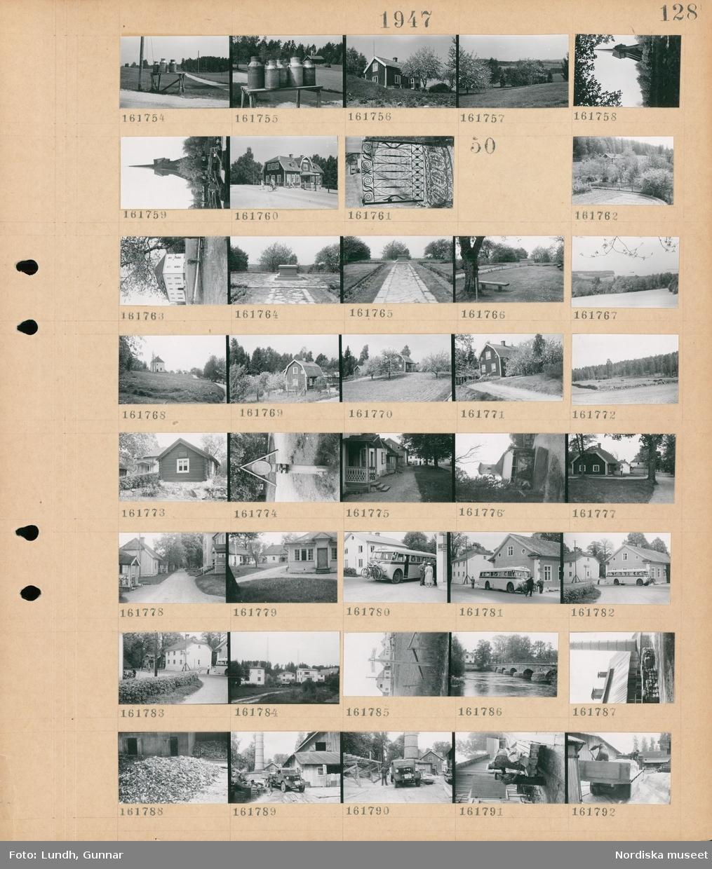 Motiv: (ingen anteckning) ; Mjölkkannor står på en mjölkpall, exteriör av hus, landskapsvy med ängar och träd, en klockstapel, en grind.  Motiv: (ingen anteckning) ; Exteriör av ett slott, en park med ett monument, landskapsvy med åkrar och skog, exteriör av hus, en fattigbössa, exteriör av en kyrka, människor står vid en buss lastad med cyklar, en gatuskylt, en bro över en å, en lastbil vid en fabrik.