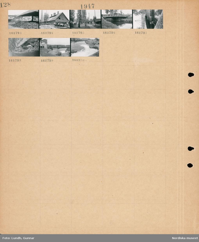 Motiv: (ingen anteckning) ; Byggnader på ett fabriksområde, en pojke fiskar vid en bro, landskapsvy med en å och skog.
